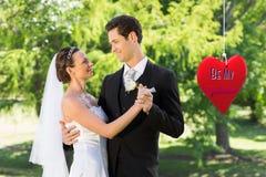 Samengesteld beeld van paar die op huwelijksdag dansen Royalty-vrije Stock Fotografie