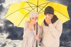 Samengesteld beeld van paar die in weefsel niezen terwijl status onder paraplu Royalty-vrije Stock Foto