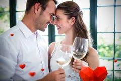 Samengesteld beeld van paar en valentijnskaarten 3d hart Royalty-vrije Stock Fotografie