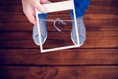 Samengesteld beeld van polaroidbeeld van de handholding stock foto's