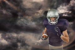 Samengesteld beeld van portret die van Amerikaanse voetbalster met bal lopen Royalty-vrije Stock Foto