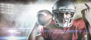 Samengesteld beeld van portret die van Amerikaanse voetbalster terwijl het houden van bal gesturing Stock Foto