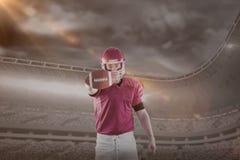 Samengesteld beeld van portret die van Amerikaanse voetbalster voetbal tonen aan camera Royalty-vrije Stock Afbeelding