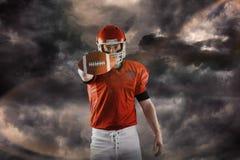 Samengesteld beeld van portret die van Amerikaanse voetbalster voetbal tonen aan camera Stock Afbeeldingen