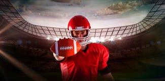 Samengesteld beeld van portret die van Amerikaanse voetbalster voetbal tonen aan camera Royalty-vrije Stock Afbeeldingen
