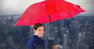 Samengesteld beeld van portret die van glimlachende onderneemster rode paraplu houden Royalty-vrije Stock Afbeelding