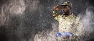 Samengesteld beeld van portret die van militair Amerikaanse vlag en het groeten houden Stock Foto