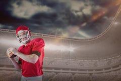 Samengesteld beeld van portret van Amerikaanse voetbalster die voetbal op het punt staan te werpen Stock Foto