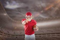 Samengesteld beeld van portret van Amerikaanse voetbalsterholding voetbal en het richten aan camera Royalty-vrije Stock Foto's