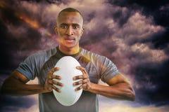 Samengesteld beeld van portret van bal van het atleten de dringende rugby Stock Fotografie