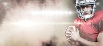 Samengesteld beeld van portret van de ernstige Amerikaanse bal van de voetbalsterholding Royalty-vrije Stock Afbeelding