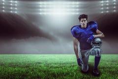 Samengesteld beeld van portret van de ernstige helm van de sportmanholding met 3d Royalty-vrije Stock Fotografie