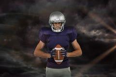 Samengesteld beeld van portret van de zekere Amerikaanse bal van de voetbalsterholding Stock Fotografie