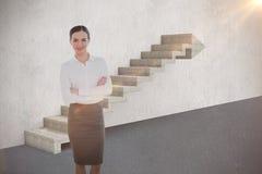 Samengesteld beeld van portret van een elegante onderneemster in 3d bureau Stock Afbeeldingen