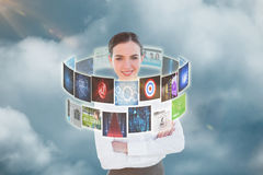 Samengesteld beeld van portret van een elegante onderneemster in 3d bureau Stock Fotografie