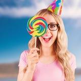 Samengesteld beeld van portret van een hipster die verbergen achter een lolly Royalty-vrije Stock Afbeeldingen