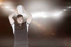 Samengesteld beeld van portret van een rugbyspeler die een 3D bal werpen Royalty-vrije Stock Foto