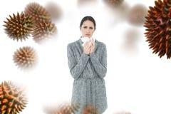 Samengesteld beeld van portret van een toevallige jonge vrouw die aan koude lijden Royalty-vrije Stock Afbeelding