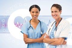 Samengesteld beeld van portret van glimlachende vrouwelijke artsen die gekruiste wapens bevinden zich Royalty-vrije Stock Afbeelding