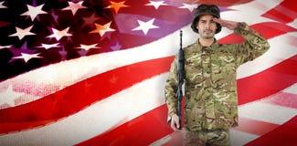 Samengesteld beeld van portret van militair met geweer het groeten Royalty-vrije Stock Foto