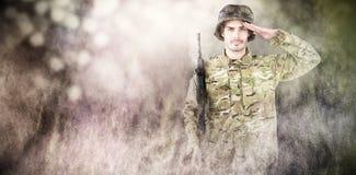 Samengesteld beeld van portret van militairholding geweer en het groeten Royalty-vrije Stock Foto