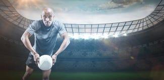 Samengesteld beeld van portret van rugbyspeler die 3D bal werpen Stock Fotografie