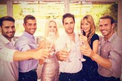 Samengesteld beeld van portret van vrienden die champagnefluit houden royalty-vrije stock foto