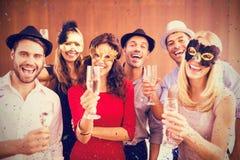 Samengesteld beeld van portret van vrienden die champagnefluit houden terwijl zich het verenigen stock afbeeldingen
