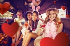 Samengesteld beeld van portret van vrouwelijke vrienden die cocktails drinken stock afbeeldingen