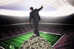 Samengesteld beeld van rijpe zakenman die een in evenwicht brengende handeling doen stock foto