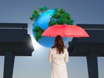 Samengesteld beeld van rode paraplu van de onderneemster de bevindende holding Royalty-vrije Stock Foto's
