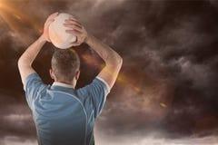 Samengesteld beeld van rugbyspeler die een 3D rugbybal werpen Stock Foto