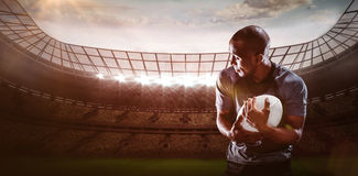Samengesteld beeld van rugbyspeler het kijken weg terwijl het vangen van 3D bal Stock Afbeelding
