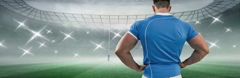 Samengesteld beeld van rugbyspeler met handen op heupen royalty-vrije stock afbeelding