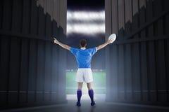 Samengesteld beeld van rugbyspeler ongeveer om een 3D rugbybal te werpen Royalty-vrije Stock Afbeeldingen