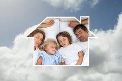 Samengesteld beeld van samen het houden van familie van slaap royalty-vrije stock afbeelding