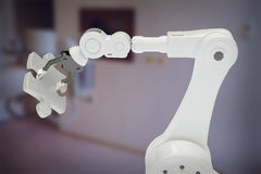 Samengesteld beeld van samengesteld beeld van robotachtig 3d de figuurzaagstuk van de wapenholding Stock Foto's