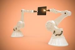 Samengesteld beeld van samengesteld beeld van robots die computertablet 3d houden Stock Fotografie