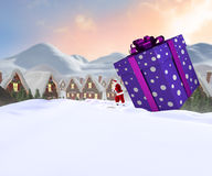 Samengesteld beeld van santa die grote gift leveren Royalty-vrije Stock Foto