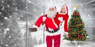 Samengesteld beeld van santa en Mevr. Claus die bij camera glimlachen stock foto's