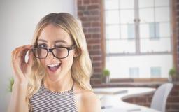Samengesteld beeld van schitterend blonde die hipster knipogen Royalty-vrije Stock Foto's