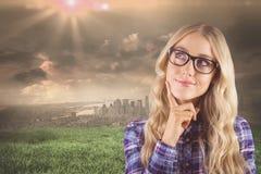 Samengesteld beeld van schitterend het glimlachen blonde hipster dagdromen Royalty-vrije Stock Fotografie