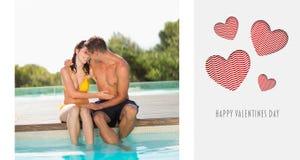Samengesteld beeld van schitterende poolside van de paarzitting op vakantie Royalty-vrije Stock Foto