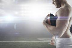 Samengesteld beeld van shirtless Amerikaanse voetbalster met bal Stock Fotografie