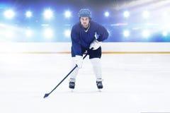 Samengesteld beeld van speler speelijshockey stock fotografie