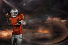 Samengesteld beeld van sportman die Amerikaanse voetbal werpen terwijl het spelen Royalty-vrije Stock Foto