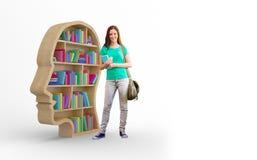Samengesteld beeld van student het glimlachen bij camera in bibliotheek stock afbeelding