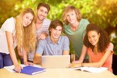 Samengesteld beeld van studenten die laptop in bibliotheek met behulp van stock foto's