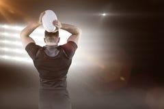 Samengesteld beeld van taaie rugbyspeler die 3D bal werpen Stock Foto's