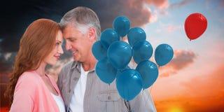 Samengesteld beeld van toevallig en paar die koesteren glimlachen Royalty-vrije Stock Afbeeldingen